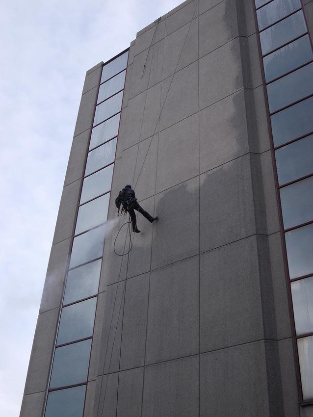 nettoyage sur corde d'une façade
